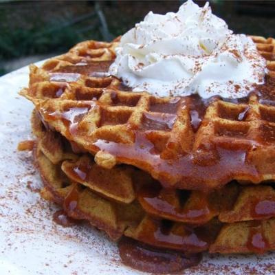 waffles de abóbora com xarope de cidra de maçã