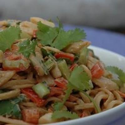 salada de macarrão de frango com molho de gengibre e amendoim