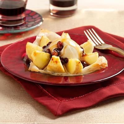 maçãs em massa com molho de rum-passas