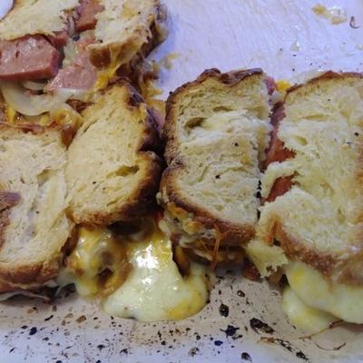 sanduíches grelhados de spam®, tomate, queijo cheddar e cebola doce