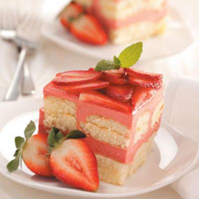 bolo de geladeira ruibarbo-morango