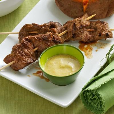 espetinhos de carne ao curry e molho picante de chutney