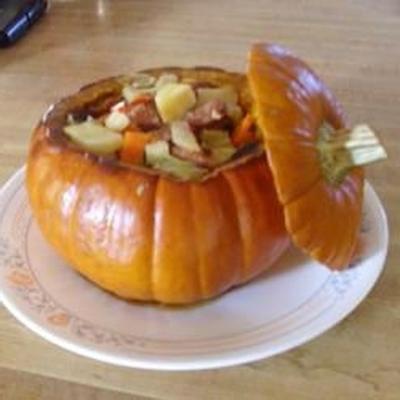 tigela de abóbora cinderela com legumes e salsicha