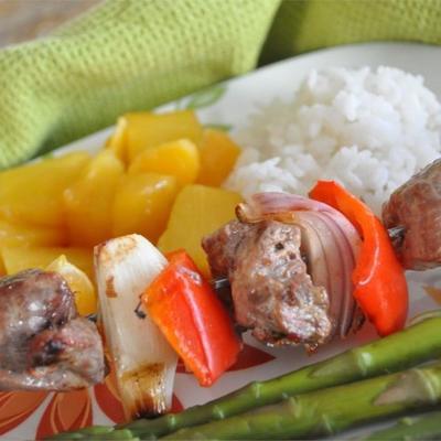 espetinhos de carne de laranja com frutas grelhadas