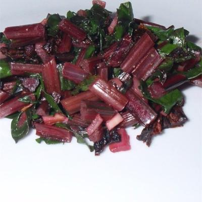 verduras de beterraba salteadas