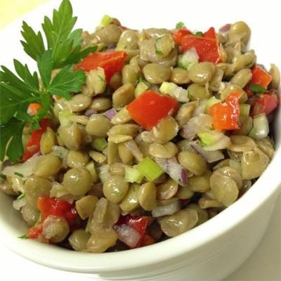 estilo mediterrâneo assado pimenta vermelha e salada de lentilha
