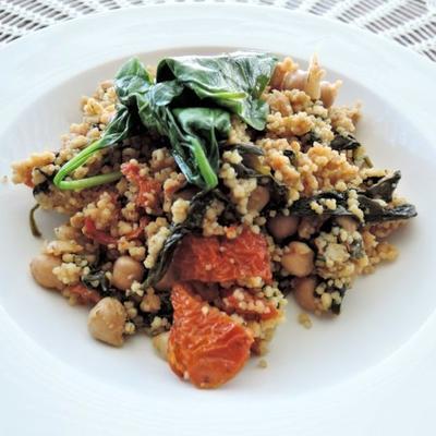 cuscuz ao curry com espinafre e grão de bico