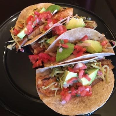 tacos de peixe saudável com molho de manga