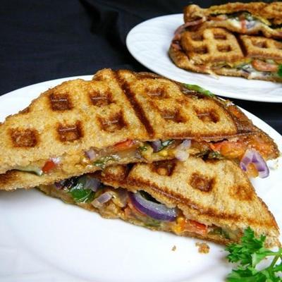 sanduíche de waffle com queijo, espinafre e mostarda picante