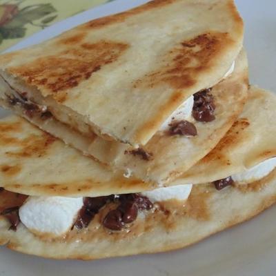 quesadillas de sobremesa com manteiga de amendoim, chocolate e marshmallow