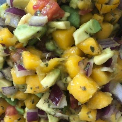 abacate refrescante, tomate e molho de manga