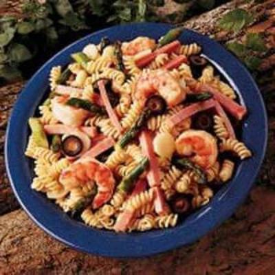 salada de macarrão com espargos quentes