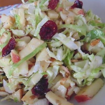 salada de couve de bruxelas picada
