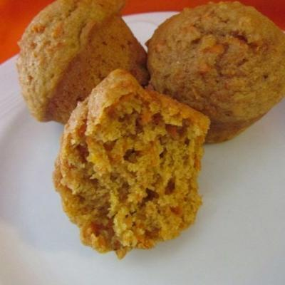 bolinhos alaranjados maus da cenoura do trigo inteiro