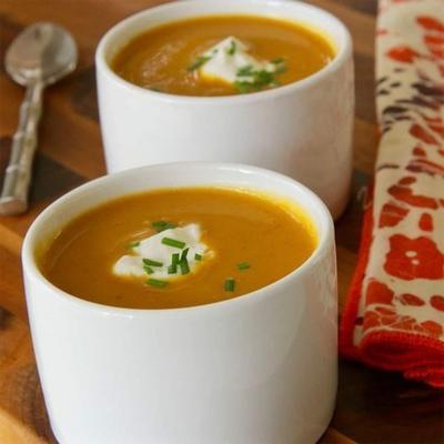 sopa de abóbora ao curry com cebolinha