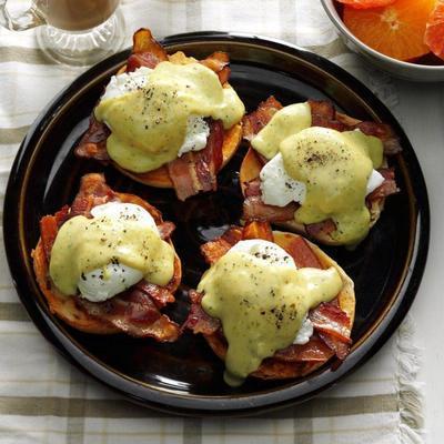 pesto cremoso 'n bacon ovos benedict