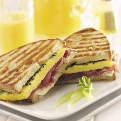 omelete de ovo e panini de presunto