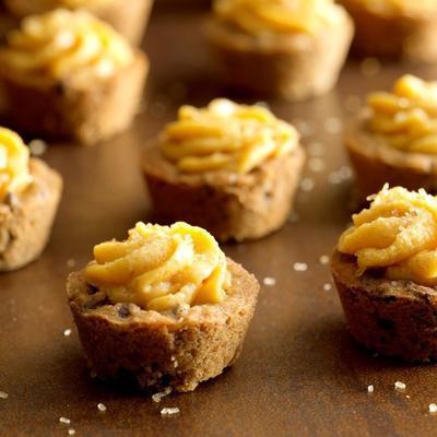 copos de biscoito de chocolate com especiarias com abóbora buttercream