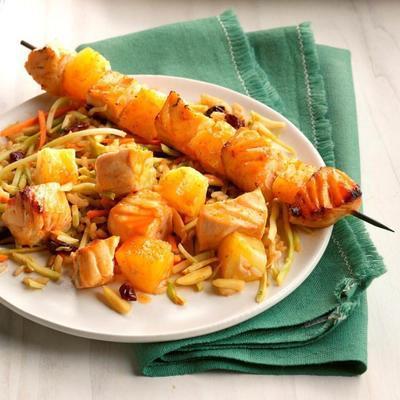 espetos de salmão coreano com salada de arroz brócolis