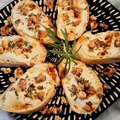 Crostini de alecrim e queijo de cabra com nozes e mel