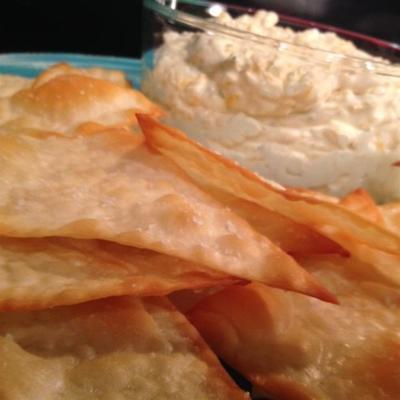 Molho de queijo de cerveja gelada com batatas fritas wonton