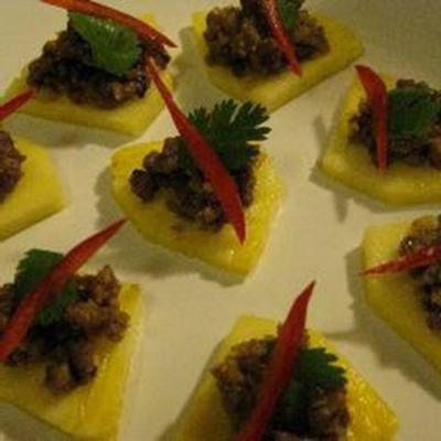 mah-haw (carne de porco temperada tailandesa no abacaxi)