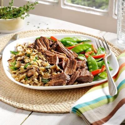 carne de vaca com legumes da primavera e arroz de cogumelos e espargos