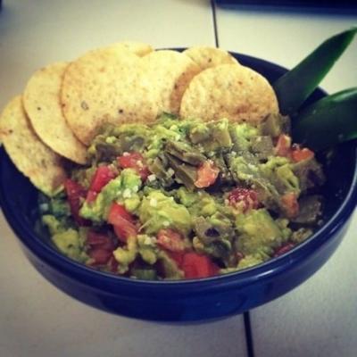 guacamole com nopales (cacto mexicano)