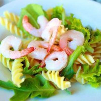 salada de macarrão com abacate e camarão