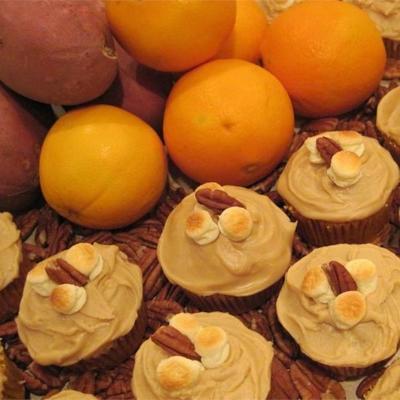 cupcakes de batata doce doces com cobertura de açúcar mascavo