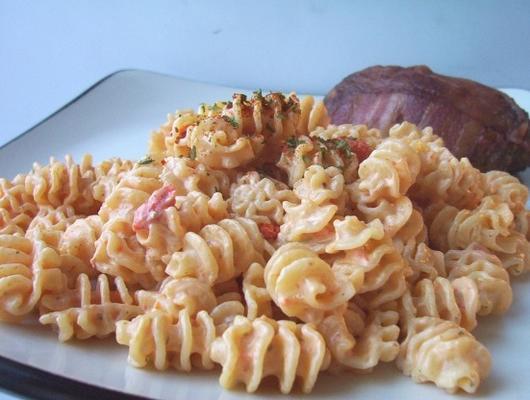 macarrão com molho de pimenta assado vermelho cremoso