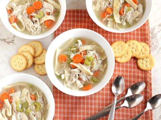 sopa de galinha e macarrão caseiro