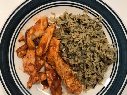 Frango sriracha e cebola sobre arroz de grão longo