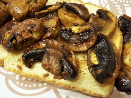 cogumelos de soja doce na torrada