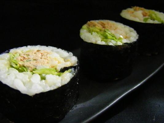 rolo de sushi picante da salada de atum