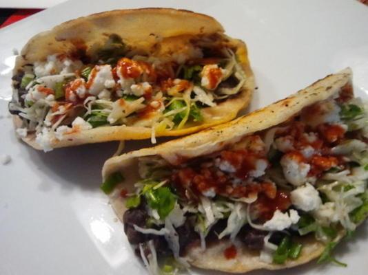tacos de feijão preto crocantes com salada de feta e repolho