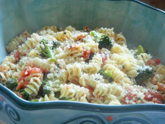 massa de brócolis em molho de tomate fresco