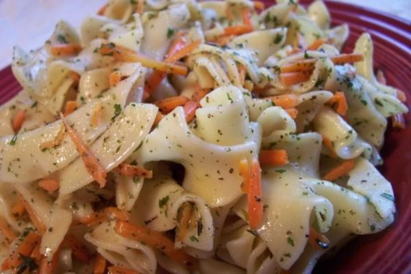 macarrão e cenouras com ervas picadas