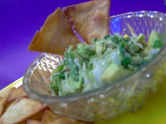 triângulos de tortilla com molho de abacate