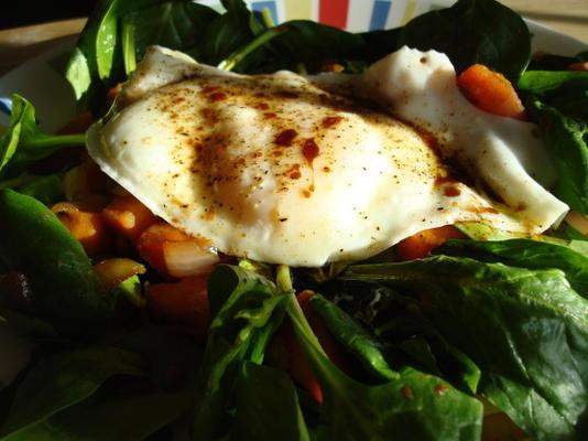 batata-doce, bacon, salada de espinafre com ovos fritos