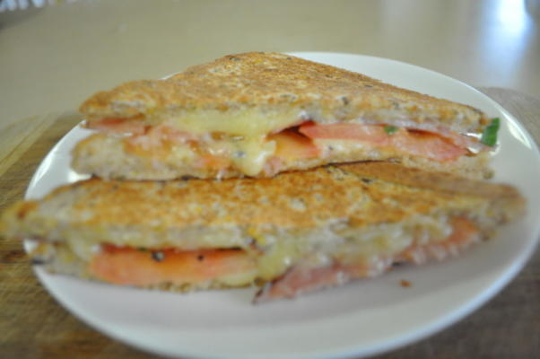 sanduíches de cheddar, tomate e bacon grelhados