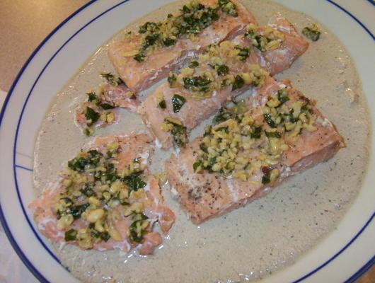 salmão com molho de creme de champanhe de manjericão