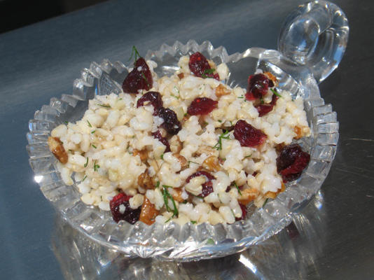 pilaf de arroz com endro fresco, nozes e passas
