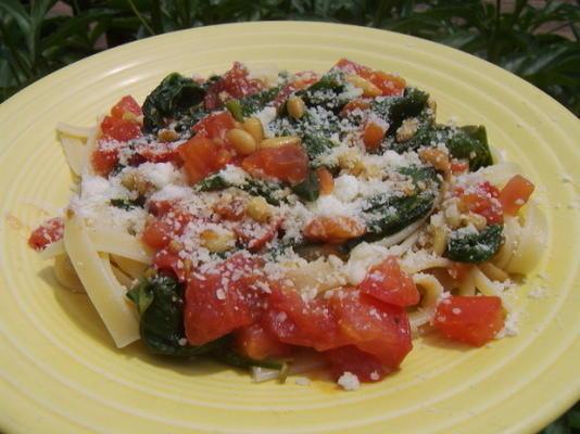 espinafre, tomate e fettuccine de pinhão
