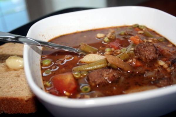 sopa de vegetais e cevada de almôndega