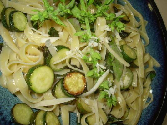 tagliatelle com queijo parmesão e courgettes (abobrinha)
