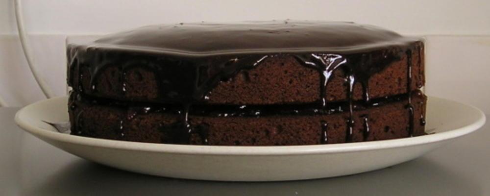 bolo de chocolate pingando com molho de chocolate