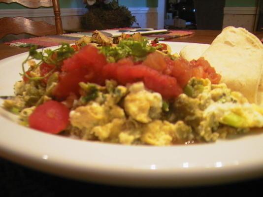 ovos mexidos com poblano chiles e queijo