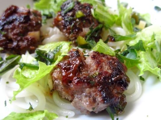 bun cha (almôndega de carne de porco vietnamita e salada de macarrão)