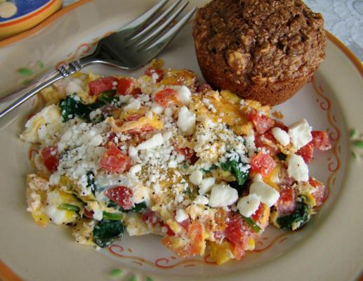 espinafre e tomate ovo mexido com queijo feta